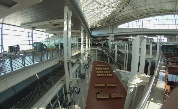 O Aeroporto Sá Carneiro, quase deserto.