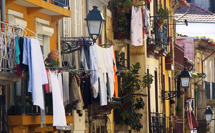 Centro antigo: casarões, roupas nas janelas e olhares curiosos