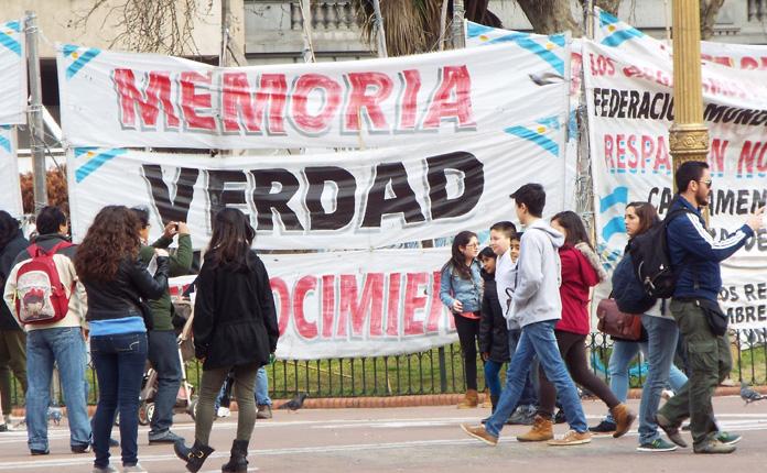 Um dos habituais protestos na Plaza de Mayo