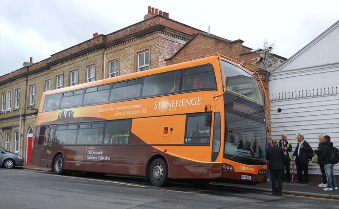 Os ônibus que saem a cada 30 minutos da estação de trens