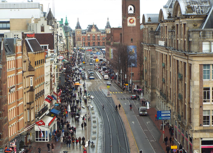 Vista de dentro do prédio do Madame Tussard. Essa é a principal rua de Amsterdã e a fundo a estação central