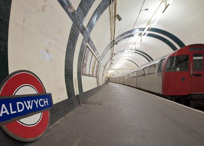 Tem até um trem estacionado na plataforma desde os anos 80