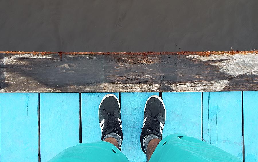 Águas escuras do Rio Negro em contraste com o cais colorido