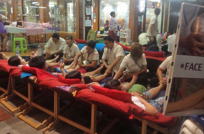 Massagem tailandesa na calçada mesmo