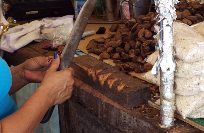 Castanhas do Pará sendo descascadas na hora