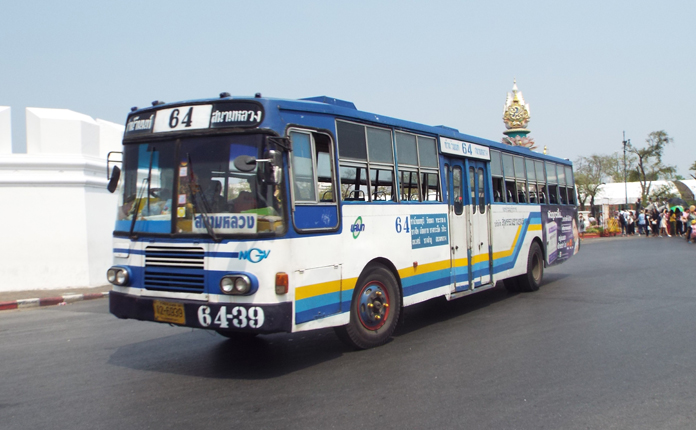 Os ônibus são bem velhos e confusos