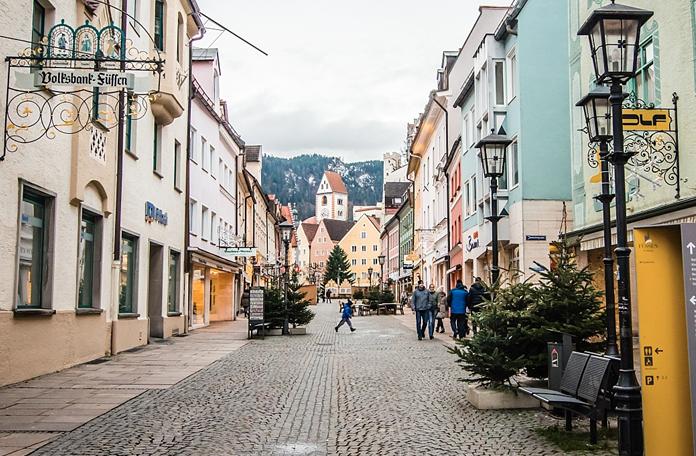 Rua de Füssen e o castelo no fundo