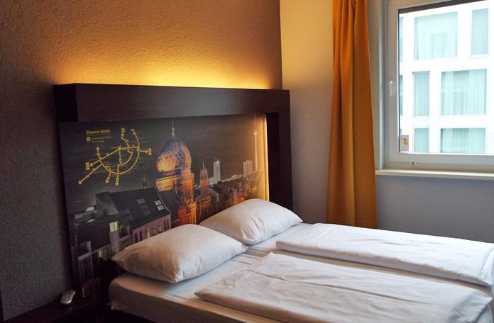 A cama era bem confortável e o design de todo hotel é bem legal