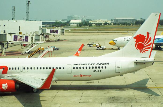 Boeing 737-900 no gate em Bangkok