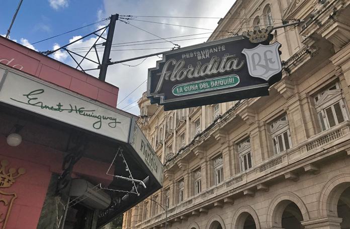 O Floridita é bem turistão e explora bastante o nome de Hemingway