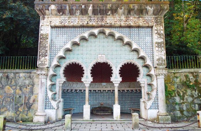 Uma fonte com arquitetura árabe logo na chegada do centrinho