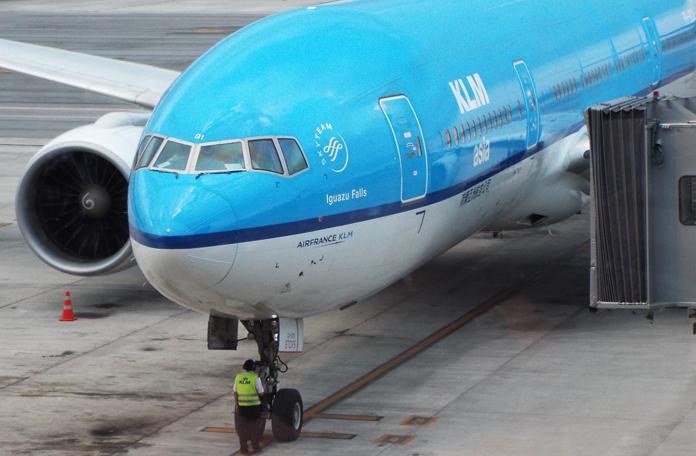Boeing 777-200 da KLM no gate em Guarulhos