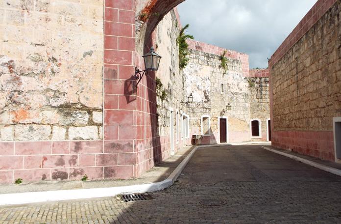 Vias da parte interna da fortaleza