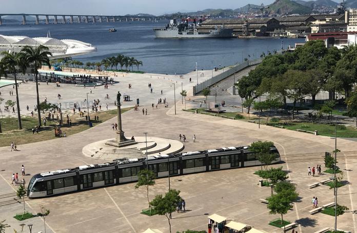 VLT atravessando a Praça Mauá