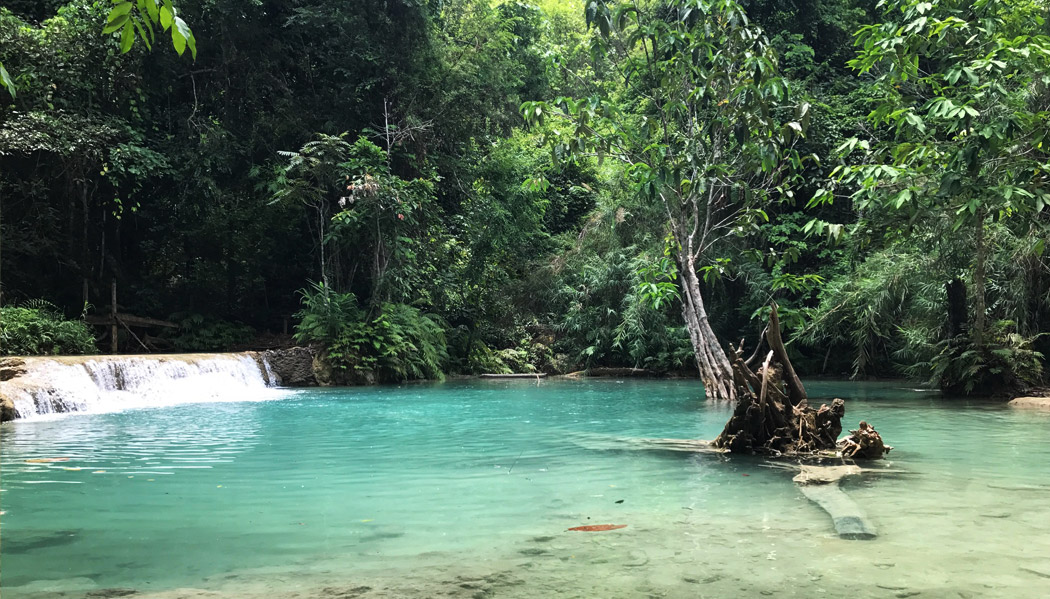 A cor das cachoeiras do Laos realmente impressionam