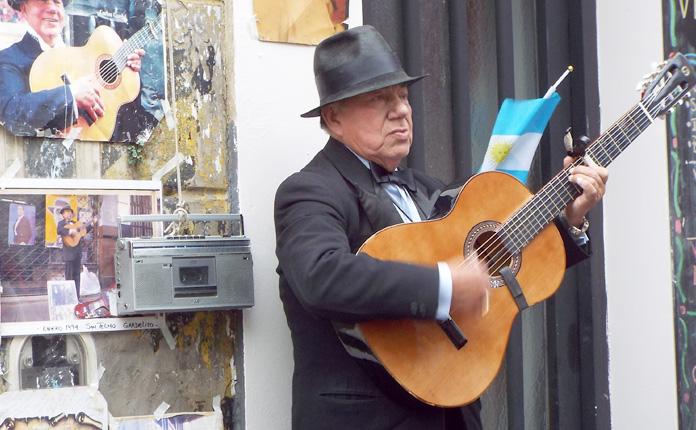 Muitos músicos de rua se apresentam pela Calle Defensa