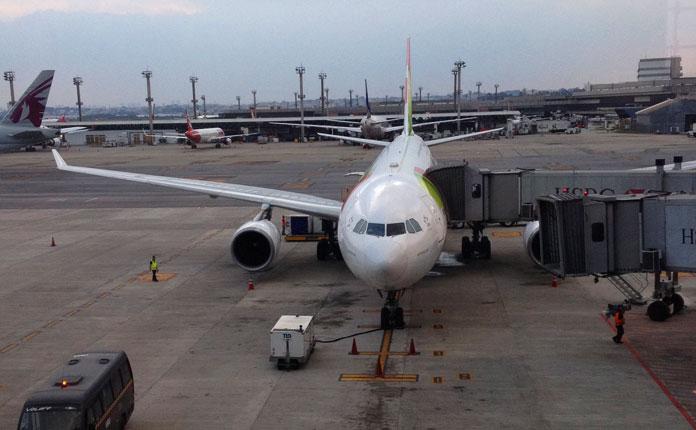 O A330 da TAP no gate em GRU