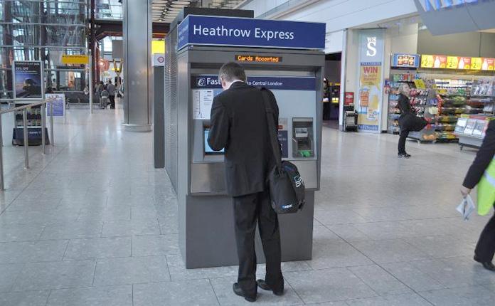 Os bihetes para o trem e metrô podem ser comprados nessas máquinas. Com dinheiro ou cartão de crédito.