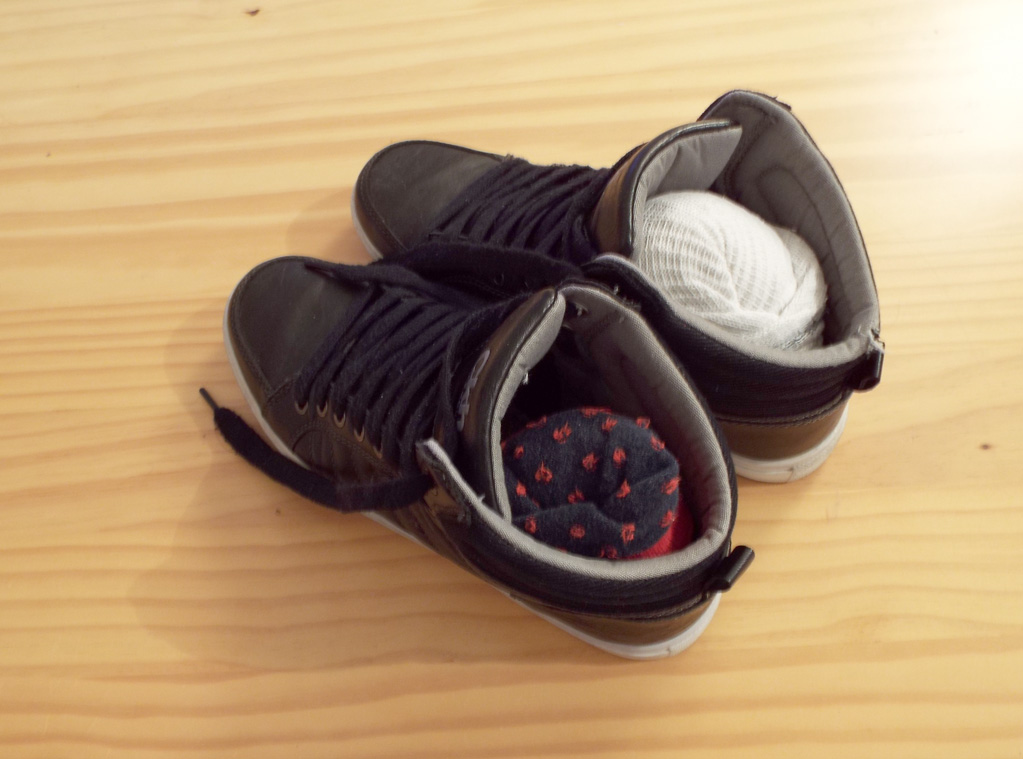 Meias ou pequenos objetos dentro dos sapatos