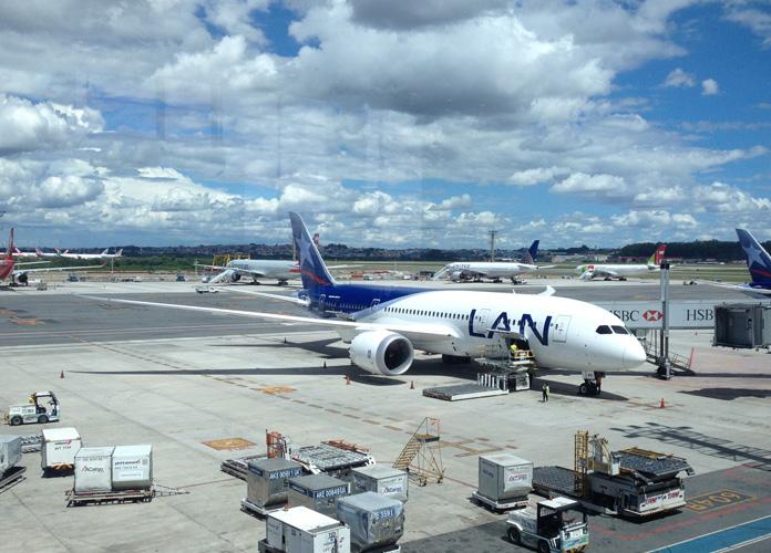 Dreamliner no gate do Terminal 3