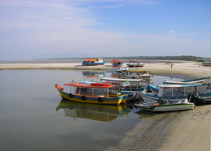 Barcos encalhados na maré baixa