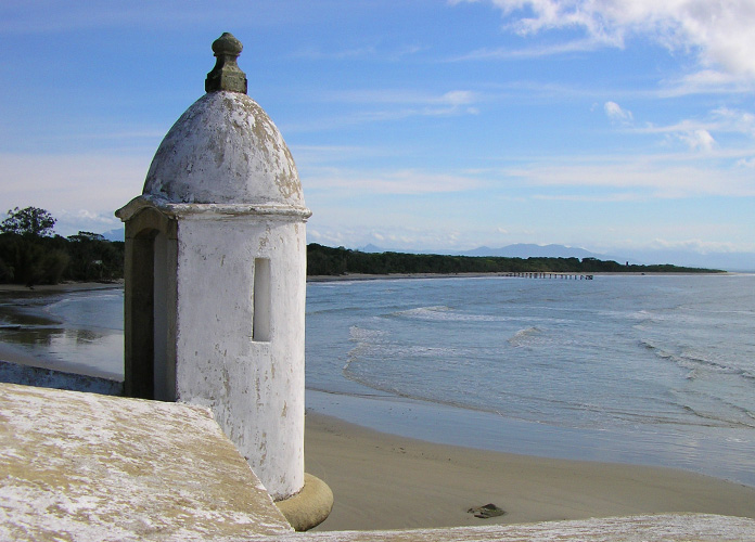 Fortaleza e quilômetros de praias desertas