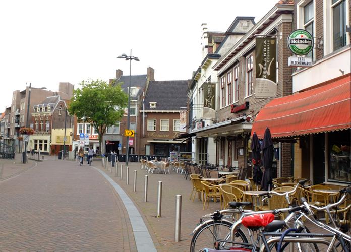Ruas calmas e muitos bares e restaurantes