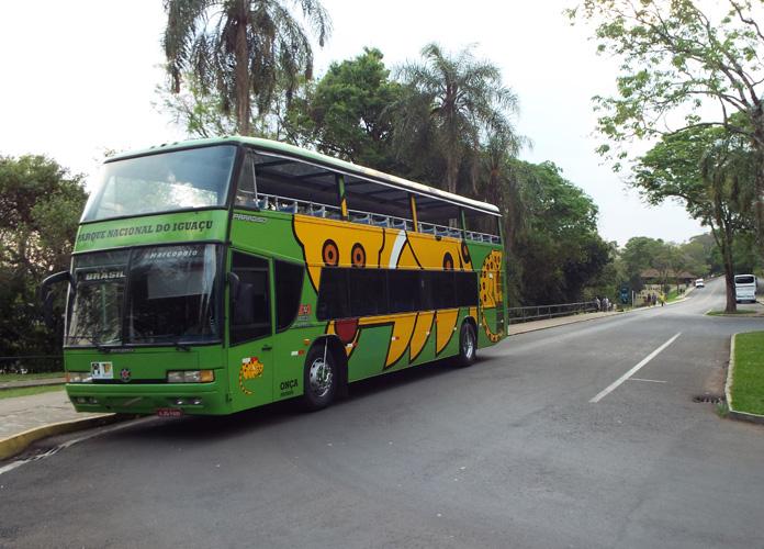 Um dos vários ônibus que fazem o transporte dentro do parque