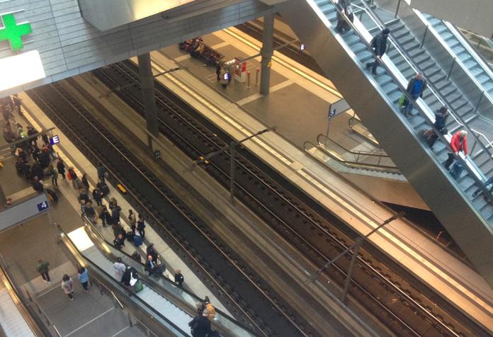 Berlim Hauptbanhof: os trens de lomga distância partem do subsolo