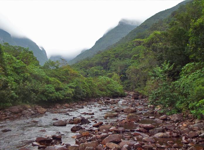 Boa parte da trilha é pelo leito do rio