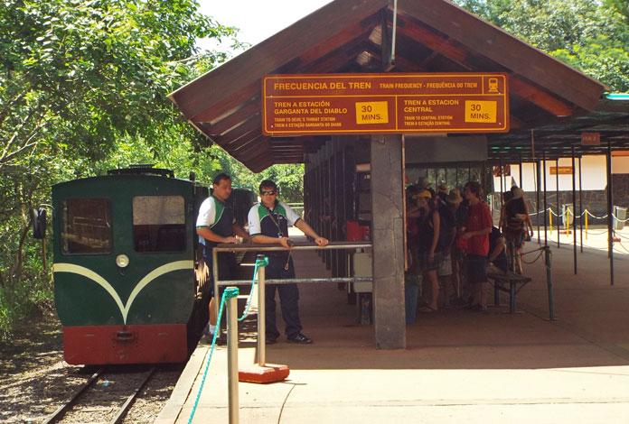 Trem que faz o transporte pelo parque