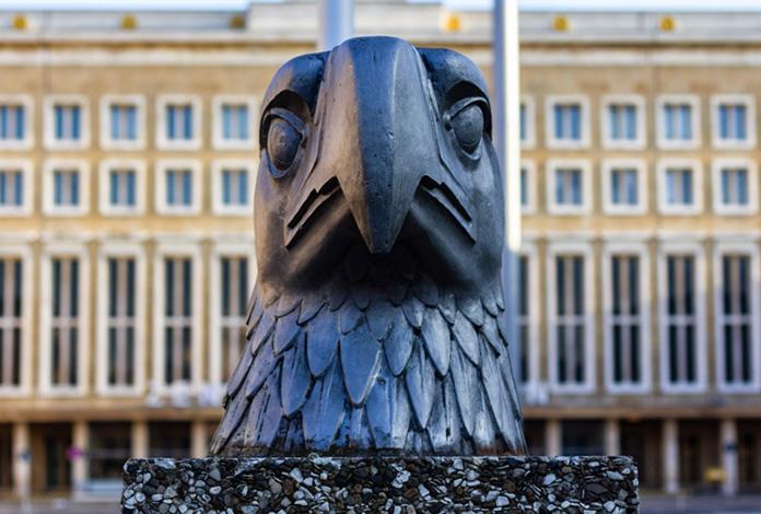 A águia nazista continua lá