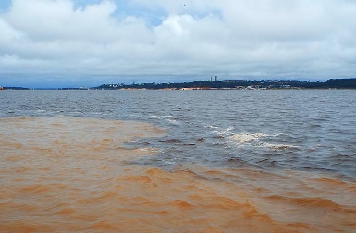 Os rios seguem por 6 quilômetros sem se misturar