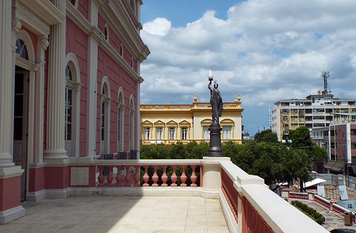 Um dos terraços do teatro