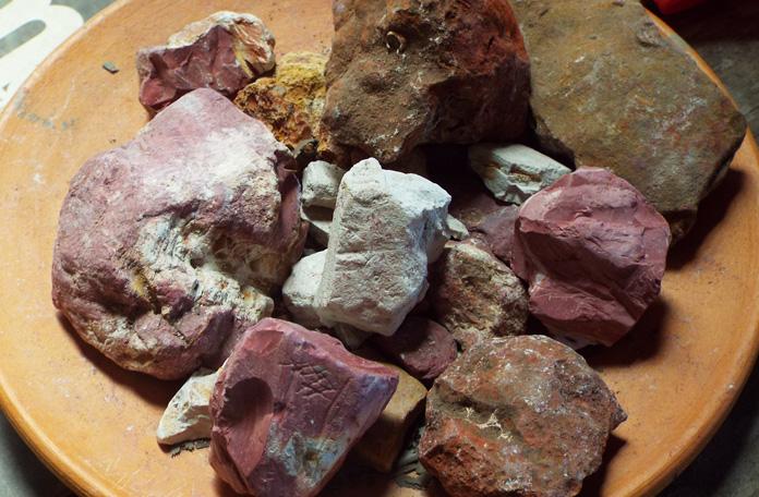 As tintas da peças são feitas com essas pedras coloridas