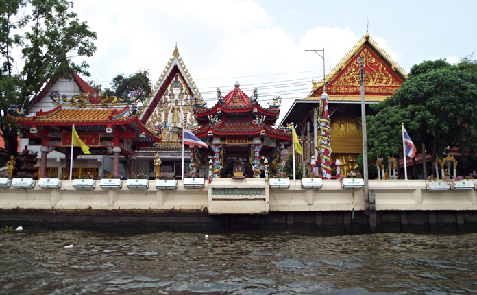 Templos só acessíveis pelo rio
