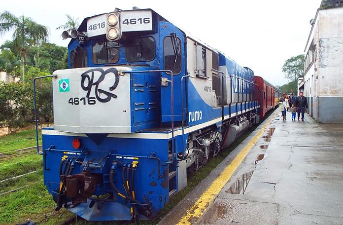 O trem já na estação de Morretes
