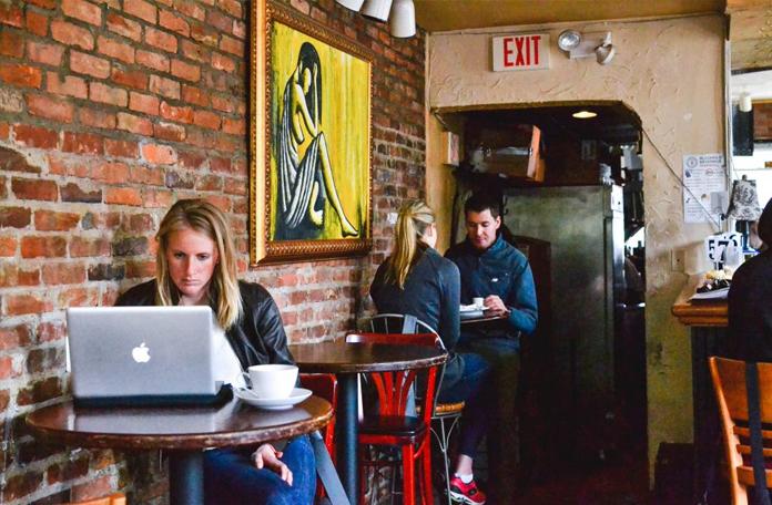 Cafés ou espaços colaborativos são ótimos lugares para trabalhar
