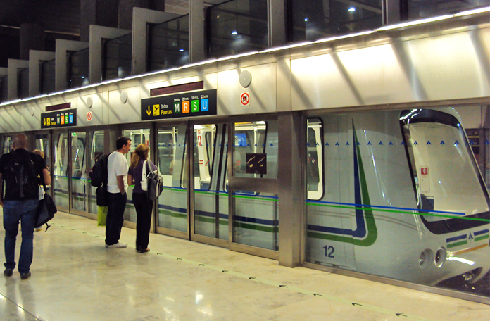 Trem que liga o Terminal 4S ao Terminal 4