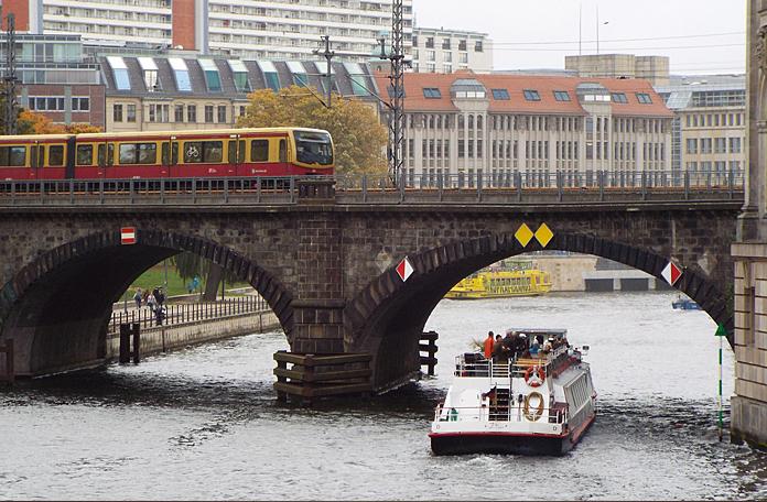 Linha do S-Bahn atravessando a Ilha dos Museus