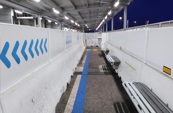 Os passageiros aguardam embarque nesse espaço improvisado pelo aeroporto de Lisboa ao lado da pista.