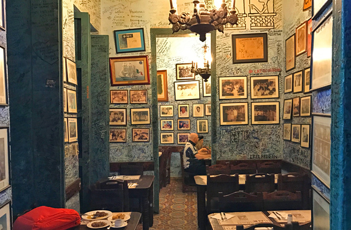 As paredes cobertas por assinaturas, a marca do La Bodeguita