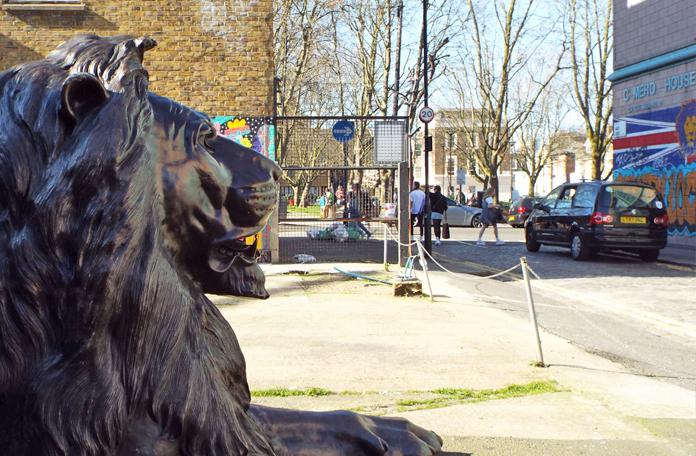 Olha um leão da Trafalgar Square perdido aqui