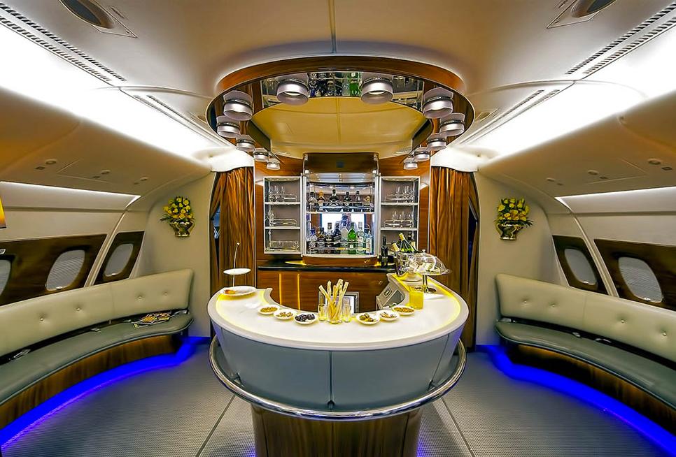 Lounge com bar da Business da Emirates