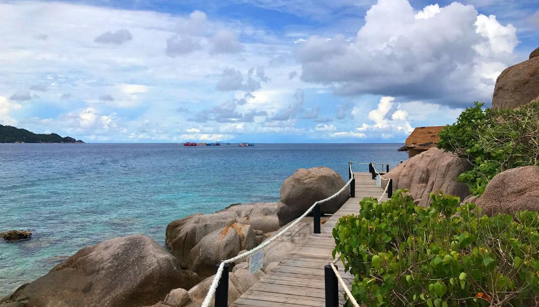 Passarela junto ao mar que dá acesso as escadas que levam ao mirante