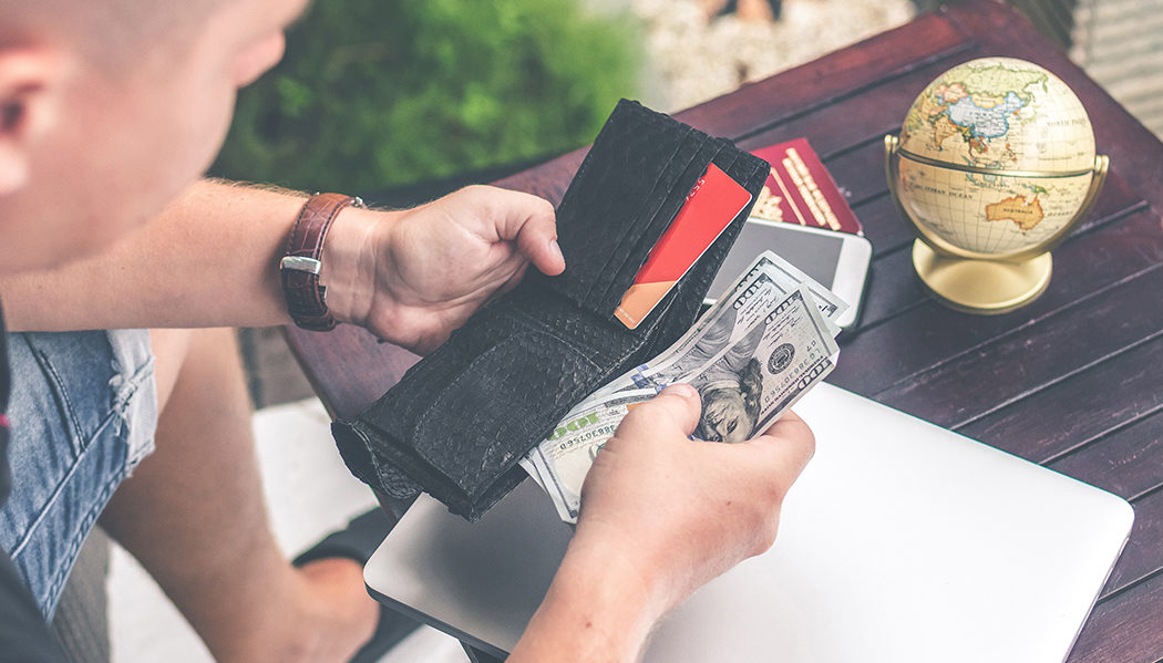 Como viajar mesmo com o dólar caro